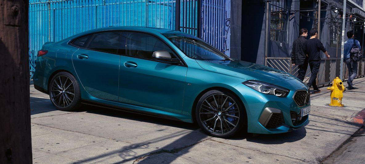 Attraktive Coupé-Silhouette BMW 2er Gran Coupé Snapper Rocks Blau metallic F44 Seitenansicht