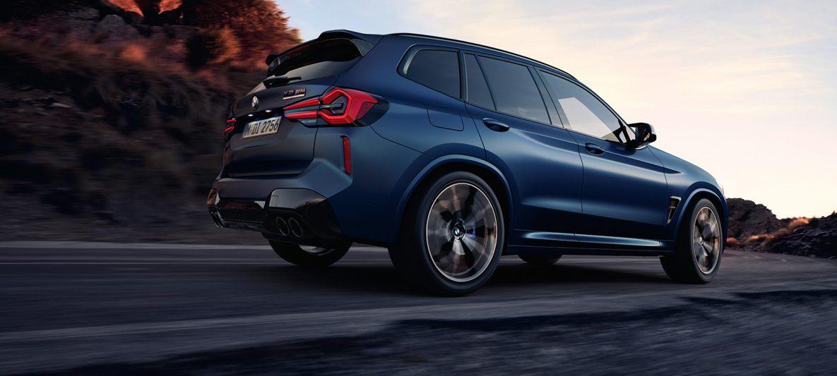 BMW X3 M Competition F97 LCI Facelift 2021 Frozen Marina Bay Blau metallic fahrend Dreiviertel-Heckansicht Froschperspektive