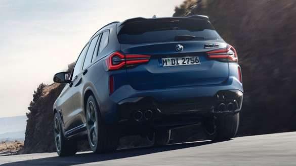 """alt=""""BMW X3 M Competition F97 LCI Facelift 2021 Frozen Marina Bay Blau metallic fahrend Heckansicht Froschperspektive M xDrive"""""""