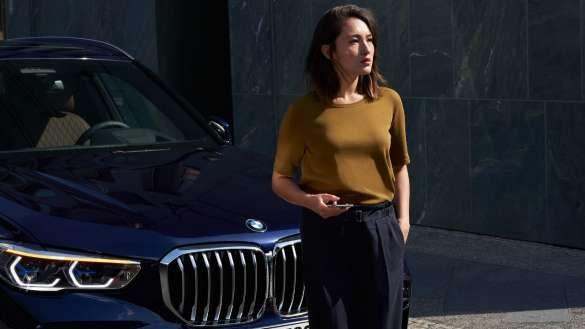 BMW Pannen- und Unfallhilfe Frau vor BMW